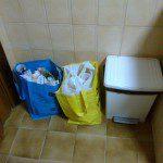 Arcadio: Segregamos los residuos utilizando las bolsas facilitadas en la visita a COGERSA (poniendo bolsas de plástico de los supermercados para no manchar las bolsas). Tenemos el cubo de basura para la fracción resto. El vidrio como se genera en menor cantidad, y solo se recoge un día a la semana, lo guardamos en el trastero, en lugar de en la cocina.
