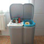 Cynthia: Nuestro cubo de basura tiene dos compartimentos: el pequeño lo dedicamos a residuos orgánicos y en el mayor colocamos dos bolsas una para envases y otra para papel. El aceite lo almacenamos en una aceitera de metal y cuando la llenamos volcamos el contenido con ayuda de un embudo en una botella de plástico para llevar al contenedor correspondiente. Los restos de pan los guardamos en una bolsa de pan y los llevamos a la aldea para los animales. Los objetos y trozos de metal los vamos juntando y cuando tenemos cierta cantidad los entregamos al chatarrero. Los residuos que pueden ir al Punto Limpio los almacenamos en una bolsa en el trastero y aquellas cosas que  pueden ser de utilidad las llevamos a la tienda Riquirraque-Emaus.