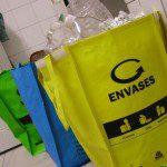 Delfín: Somos una familia de cuatro que reciclamos la basoria dende va ya unos cuantos años. Lo típico, empecemos col vidrio y los envases, ya que, anque va años que nun tenemos cocina carbón, siempre hai un vecín o un pariente que sí que tira de papel de periódicu o de cartón pa prender la cocina. Col tiempu fuimos reciclando ca vez más papel hasta llegar al día de güei, onde ya tenemos les tres bolses de COGERSA pa separtar los residuos, anque pa los periódicos tenemos un recipiente aparte.