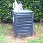 Emilio: En lo que respecta al jardín, ésta es mi compostadora, y en lo que se refiere al reciclaje del hogar, lo depositamos en los contenedores de reciclaje.