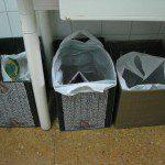 Esther: Estos son mis equivalentes de los contenedores azul, amarillo y verde. La fracción resto la pongo en un cubo con apertura de palanca, y también tengo una cajita para poner las pilas de un solo uso que deshecha la otra persona que vive conmigo (las pilas que utilizo yo son todas recargables). El aceite usado lo guardo en un bote en el armario. Los residuos para punto limpio o los medicamentos caducados, como no los produzco tan a menudo, no tienen depósito fijo en mi casa.