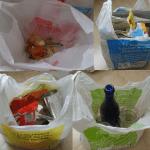 Germán: En mi casa tenemos situada en una esquina de la cocina, una bolsa amarilla para separar envases, plásticos, metales, brics, etc; Otra azul para el papel y cartón; una bolsa para el vidrio y un cubo, con bolsa de la compra genérica, para la fracción orgánica y los residuos no reciclables. Las dos primeras y la última las sacamos los días que tocan a los cubos situados en el portal (vivimos en Oviedo), aunque a veces la acercamos hasta unas isletas de contenedores de reciclaje cercanos. La bolsa de vidrio la llevamos casi siempre allí. Cuando utilizamos estos contenedores no tiramos la bolsa de plástico dentro de los contenedores que no sean el amarillo. Aparte de ello, otros residuos generados con mucha menos frecuencia, como las pilas o bombillas, los separamos y depositamos en stands que hay en los centros comerciales. Realizamos este proceso por varios motivos. Primero y más importante, porque estamos comprometidos con el medio ambiente. En segundo lugar, porque los residuos que van a vertedero son pérdidas del sistema económico, ineficacia productiva, siendo una pena que se desperdicien materias que pueden ser aprovechables para otros usos. Por último, porque vemos que, aunque no creamos en los primeros dos argumentos (cosa difícil), el minimizar los residuos que produce la sociedad será imprescindible, simplemente para que el ser humano pueda vivir en las próximas décadas, el planeta no puede seguir este ritmo de destrucción del medio ambiente.