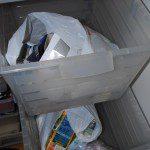 J Manuel: Mueble de Ikea con cajones de plástico, uno como cubo amarillo y otro como cubo azul. Lo orgáncio y no reciclable va en cubo aparte