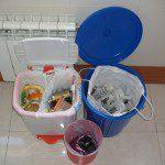 """Jesus: En casa disponemos de un cubo para la basura pequeño porque no disponemos de mucho espacio, pero nos las hemos ingeniado para """"crear"""" dos compartimentos, uno para orgánico y otro para envases. Aparte, tenemos un cubo para papel y cartón y una bolsa donde vamos recogiendo el vidrio hasta que toca el día de recogida (vivimos en Oviedo)en nuestra zona, o bien lo llevamos al punto de recogida más cercano. Además, vamos guardando los residuos que deben ir a un punto limpio hasta tener un número rentable para acercarnos hasta allí con eficiencia"""
