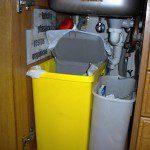 Juan Carlos: La tarea del reciclaje la realizo con la ayuda de un contenedor obsequio de COGERSA por realizar una encuesta en un centro comercial y adaptándolo al hueco de debajo del fregadero, para lo cual tuve que modificar el desagüe del mismo situándolo al fondo.