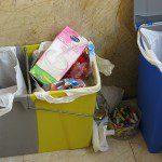Laurentina: Tenemos un cubo de reciclaje para el plástico y el papel. Separamos el plástico, el papel y el vidrio en diferentes bolsas, a parte la basura general; además el aceite usado lo echamos en una botella de plástico. Una vez que los envases estén llenos los llevamos a los depositos de reciclaje correspondiente. Las bolsas de plástico de los comercios las usamos para el reciclaje y una vez usados los echamos en el deposito amarillo de reciclaje. Las pilas las llevamos a un deposito de recogida de pilas y los medicamentos caducados los llevamos al punto sigre de la farmacia. Los pequeños electrodomésticos los llevamos a un punto limpio cuando se estropean y los grandes nos encargamos de que el comercio que nos instala el nuevo se comprometa a reciclarlo.