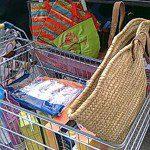 MªElena: Como vivimos en un lugar alejado casi siempre hacemos las compras con el coche, salvo que bajemos a Riaño que nos queda a un paseo y entonces si no es mucha compra llevamos el carrito. Si vamos en el coche llevamos siempre las bolsas reciclables y el capazo antiguo para traer la compra, desde que empezamos a reciclar, mamá rescató del desván los capazos antiguos y este de la foto es el último que nos queda, por eso vamos coleccionando bolsas reciclables , el truco que mamá nos dice es que, para tenerlas siempre a mano después de ayudar a recoger la compra, hay que volver a dejarlas en el coche, así están siempre disponibles en el sitio necesario.