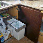 Mª José: Además de los cubos de la cocina,tenemos el saco para el papel y una bolsa para el vidrio en el sótano.