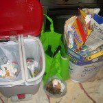 Mª Nieves: En casa separamos el papel, el vidrio, los envases, los restos vegetales de casa y de la huerta para el compost, los restos de comida cocinada y pan para las gallinas y el aceite usado para hacer jabón de lavar la ropa.