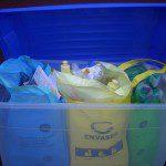 Mª Rosario: Compramos un recipiente de plástico donde introducimos los contenedores de colores para separar los residuos.
