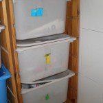 Macarena: En mi casa separamos como véis en la foto. Al no tener terraza y para no tener las bolsas sueltas por la cocina, decidimos comprar un mueble para separar y almacenar los residuos.