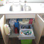 Margarita: Aquí podeís ver como se recicla en mi casa. Debajo del fregadero tengo los cubos para reciclar el vidrio y los envases. En la meseta (no se ve bien en la foto) tengo el cubo para la basura orgánica.