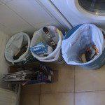 Maria del Camino: La zona de reciclado es una esquina de la cocina. En una caja de cartón (nada de bolsas) echamos los papeles y cartones. Otros tres recipientes, cada uno con una bolsa, los utilizamos para los otros tres tipos de residuos: - El del fondo (justo en la esquina) para vidrio: es el menos utilizado, pues muchos frascos y botellas los reutilizamos. - El del medio para envases. - El del frente (el más cercano) para los restos orgánicos. Colocados siempre en la misma posición, todos sabemos en que recipiente tenemos que echar cada residuo. Otros tipos de residuos los llevamos a un punto limpio.
