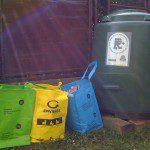 Mª Esther: En casa disponemos de un compostador donde reciclamos la mayor parte de la basura orgánica, así como de tres diferentes recipientes para la separación del resto de basura que luego llevamos a los diferentes contenedores de reciclaje, situados a unos 100 m. de casa.
