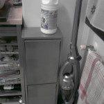 Paula: Este es el rincón de mi casa donde segregamos parte de nuestros residuos, en la foto se pueden ver los recipientes destinados al papel y cartón,envases y una botella de plástico donde recogemos el aceite usado. Tenemos otro recipiente para la basura orgánica y un cajón donde almacenamos otros residuos como pilas,bombillas o Cd´s que posteriormente llevamos al punto limpio.