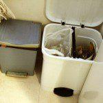Silvia: Tenemos 2 cubos: el blanco, con dos separadores (a la derecha papel-cartón y a la izquierda envases), y el azul, para residuos orgánicos y basura que no es para reciclar. Los vidrios los coloco en una estantería justo encima y aprovecho a tirarlos al contenedor verde cuando llevo los envases al amarillo. Además, uso las bolsas de plástico y papel que dan en algunos comercios para reciclar envases y papel, respectivamente, así de paso las reutilizo.