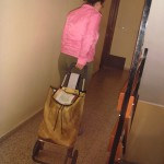 Amelia: Esta soy yo de vuelta a mi casa con el carrito de la compra nuevo, que ayer fuimos a recoger a COGERSA. Ya lo he estrenado, intento utilizar lo máximo posible, ya sea para transportar cosas de un sitio a otro, para la compra, etc.