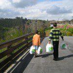 Paula: En casa nosotros transportamos el reciclaje. El punto de recogida más cercano está a 1.200 metros. René y Marcos