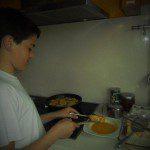 Mª Rosa: PICATOSTAS En nuestra casa aprovechamos el pan que ha quedado duro para hacer unas picatostas. A mi hijo le gusta participar mucho en la cocina y realizar todo el proceso. Ponemos el pan cortado en rebanadas a remojo en leche caliente con azúcar. Una vez que está blandito, se pasa por huevo y se frie en abundante aceite. Se dejan dorar bien las picatostas y se sacan a un plato con papel absorbente, para retirar el aceite sobrante. Finalmente se espolvorean con azúcar y canela. Están buenísimas y es una buena manera de no tirar la comida sobrante. Los demás restos de comida que nos sobran le encantan a nuestra perra Bimba. Hace un año que la tenemos, y desde entonces ya no tenemos que tirar ni un sólo residuo..