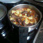 Jonathan: PATATAS CON COSTILLAS. Con las costillas sobrantes de hacer costillas al horno, podemos hacer al día siguiente un guiso de costillas con patatas.