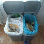 Cynthia: En casa reutilizamos las bolsas de plástico fundamentalmente para nuestros residuos domésticos. Cuando llevamos el papel y los envases al contenedor nos traemos de nuevo las bolsas a casa hasta que se rompen. La que usamos para los envases la lavamos un poquito si es necesario y la ponemos en el tendal para que seque. Así les alargamos un poquito la vida útil.