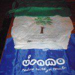 Eva: Llevo en todos mis bolsos bolsas de tela enrrollables y de plástico 100% biodegradables, para las pequeñas compras diarias.