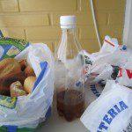 IsabelR: Las bolsas se reutilizan hasta que a su vez se reciclan. Este es el ranking: 1-Para la basura. 2-Siempre se lleva una en el bolso para cualquier compra. 3-Sirven para el contenedor de los plásticos. 4-Las que estén nuevas que traigo de la carnicería, las doblo bien y las devuelvo. 5-Mi madre tejía con ellas cestitos, como no conservo ninguno no puedo mostrarlo, pero hacía tiras y con ellas un ovillo y luego tejía a ganchillo.