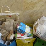 Laurentina: Pues la mejor manera de reducir el número de bolsas y aprovechar su uso es reutilizándolas. En mi casa las bolsas de las tiendas las usamos para el reciclaje fundamentalmente, pero también para guardar montones de cosas.