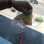 Nuria D: ¡BOLSA VA! Con las bolsas de plástico y otros materiales reciclados como hilos y muñequitos, podemos construir un divertido paracaídas. En una bolsa de plástico haz un círculo tan grande como la bolsa te lo permita. Coge cuatro hilos dobles de unos 25 cm.  aproximadamente y pégalos con gomets o celo, formando un cuadrado. En el otro cabo de los hilos engancha un muñequito (de los que salen en los kinder, un playmobil o similar). Lanza tu paracaídas desde lo alto y ¡a volar!
