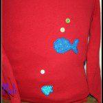 Amelia: Envío la foto de una camiseta infantil que tenía unas manchas de rotulador, he usado unos trozos de tela vieja y unos botones para transformarla y volver usarla como si fuera nueva.