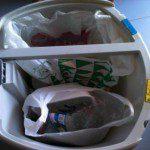 Javier: la verdad es que no tenemos muchas bolsas de plástico en casa. Las pocas que hay se utilizan para almacenar el papel y el plástico a reciclar. Y las utilizamos una y otra vez hasta que no pueden más.