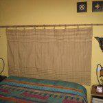 Celia: Con un estor y un palo de bambú, os presento el cabecero de mi cama. El cordón del propio estor me sirvió para unirlos.