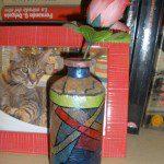 Elena: Con un frasco de crema hidratante y restos de papel de seda de colores hice un pequeño jarrón para una flor de tela que conseguí en una fiesta de trueque.
