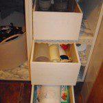 Eva: Necesitaba unos cajones para la despensa de mi cocina y se me ocurrió hacerlos con unas cajas de madera dónde venían botellas de champán.
