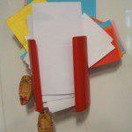 """Nuria D: ¿Os acordáis de aquellos teléfonos pequeños llamados """"benjamines""""?. Pues yo tenía uno en la cocina. Ahora ya no funciona y el soporte del teléfono, aprovechando que estaba colgado en la pared, lo uso para meter trocitos de papel que reutilizo para las notas de la compra. ¡Es supercómodo!"""