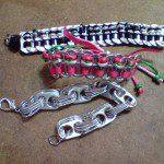 Berta: Con anillas de latas de conserva y botes de bebidas y con lazos o tiras de plástico de colores se unen y entrelazan y se pueden hacer pulseras y collares reciclados.