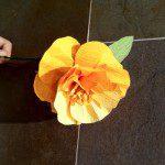 Marta D: Con papeles de regalo usados se pueden hacer preciosas flores de papel, como este narciso. No sólo no se generan residuos, sino que se reutilizan materiales que se iban a tirar.