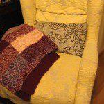 Silvia: Uno de los mejores regalos que me ha hecho mi abuela, a la que le gusta tejer sin parar, es esta preciosa mantita calentita para el sofá, para la que aprovechó restos de ovillos de lanas con las que había hecho jerséis y chaquetas.
