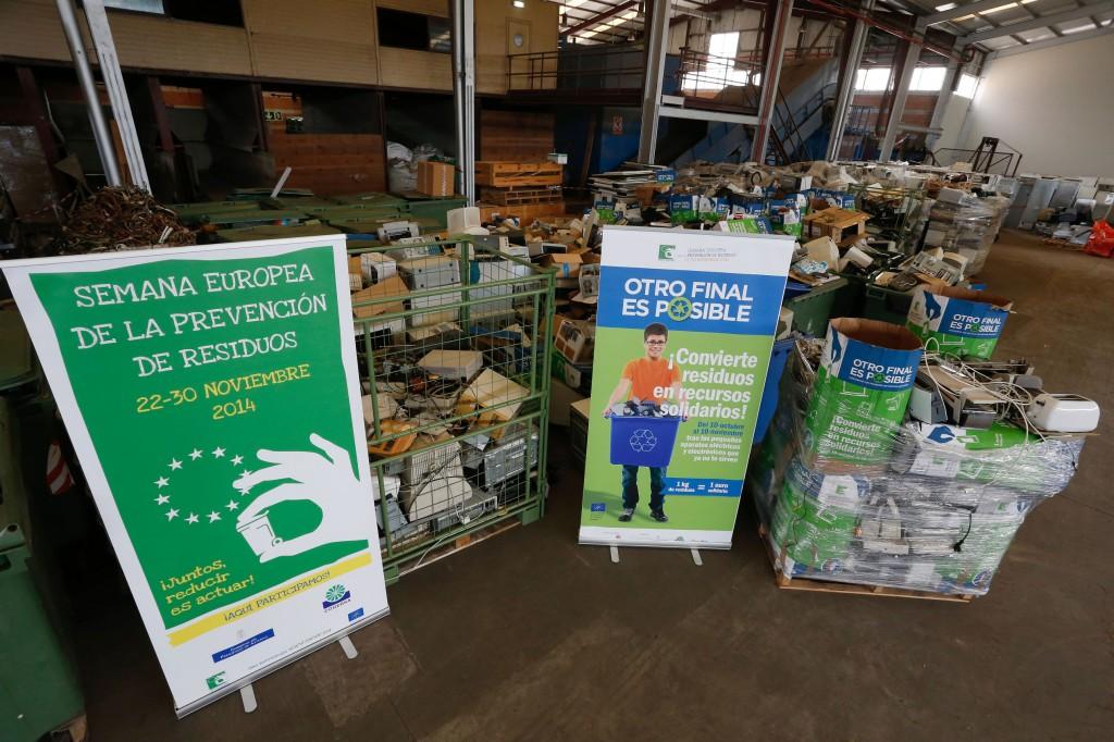 """Los 16.000 kilogramos de viejos electrodomésticos de pequeño tamaño que los asturianos han donado en la campaña """"Otro final es posible"""" esperan en la planta de clasificación de Cogersa en Serín para ser enviados a los canales de reciclaje."""