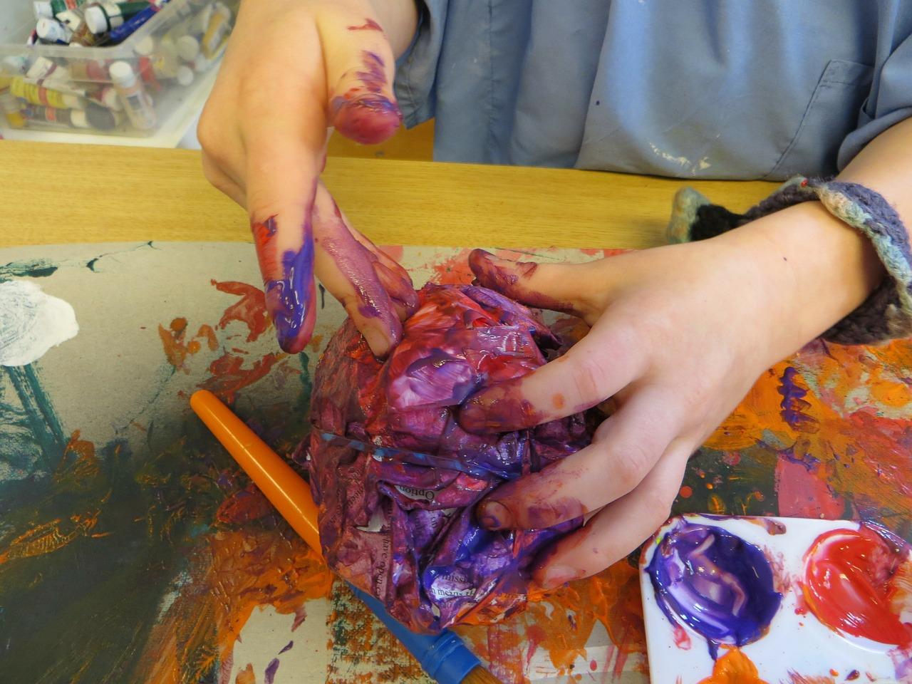 manos niño pintura